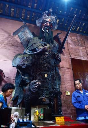 Ở khu vực chánh điện thờ hai bên hai vị thần to, cao, thể hiện uy nghiêm. Bên trái chánh điện thờ Đại tướng quân Phục Hổ.