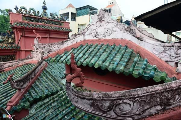 Mái ngói màu xanh ngọc bích theo kiến trúc Trung Hoa vẫn còn bền vững với thời gian.