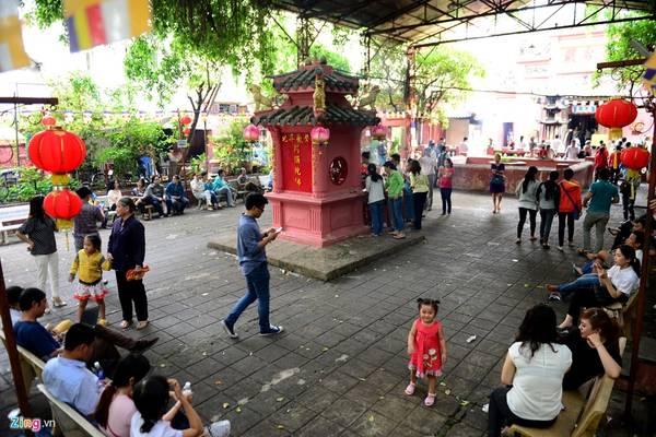 Không gian trước sân chùa là nơi mọi người nghỉ nơi, tịnh tâm, tránh đi cái ồn ào, náo nhiệt vốn có của thị thành.