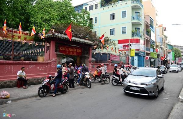 Ngày Phật đản 15/4 âm lịch, chùa thu hút đông đảo người dân đến thăm viếng. Nhiều người cũng hiếu kỳ khi nghe tin Tổng thống Mỹ Obama có thể sẽ đến thăm vào ngày 24/5 tới.