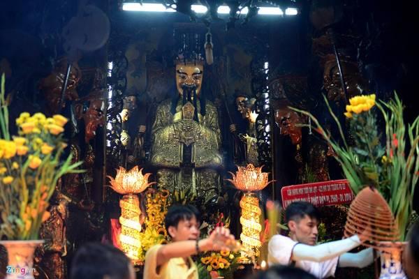 Bên trong ngôi chùa gồm 3 tòa: Tiền điện, Trung điện và Chánh điện. Tại khu chánh điện có thờ Ngọc Hoàng Thượng Đế, đức Phật cùng các vị chư thần.