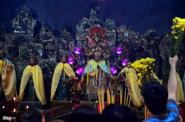 """Ngôi chùa còn thờ Kim Hoa Thánh Mẫu (thần coi việc sinh nở) cùng 12 bà mụ. Người dân đến đây cầu """"mẹ tròn con vuông"""" khi có người thân đang mang thai. Mong muốn đứa bé chào đời được may mắn, bình an, hạnh phúc là tâm nguyện của nhiều người khi đến đây cầu nguyện."""