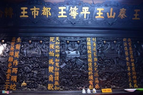 Những liễn đối, tranh thờ, bao lam, hương án...được chạm trỗ tinh xảo bằng gỗ quý còn lưu giữ đến ngày nay.