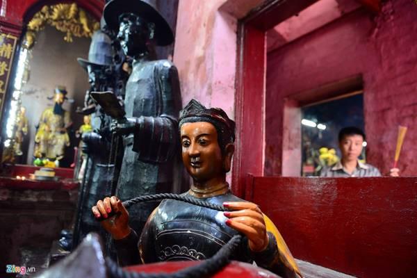 Chùa còn có một số tượng mang tính đời sống như thần văn chương, thần cúng sao giải hạn, thần dạy nghề cùng những tín ngưỡng dành cho phái nữ.