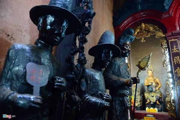 Các bức tượng Nhị vị Song Án được chạm trổ tinh xảo.