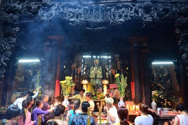 Hàng ngày, đông đảo người dân đến viếng, cầu nguyện bình an, may mắn.