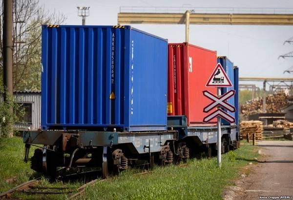 """""""Đường hầm Tình yêu"""" được cắt tỉa gọn gàng nhờ những chuyến xe lửa chở hàng đi qua từ nhà máy gỗ dán Odek ở làng Orzhiv. Gỗ được thu thập và chuyển đến từ khắp nơi đến đây và sau đó được ép thành tấm."""