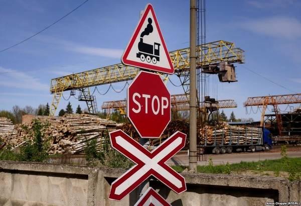 """Những chuyến xe lửa chở gỗ này chạy qua """"đường hầm"""" nhiều lần trong một ngày, vì khoảng cách từ nhà máy đến đây rất gần nhau. Có nhiều nguồn tin cho biết về độ dài của """"Đường hầm Tình yêu"""", dao động từ khoảng 3-4 km."""