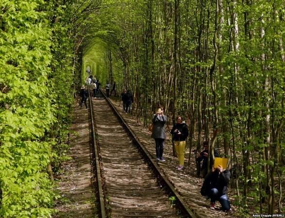 """""""Đường hầm Tình yêu"""" nhanh chóng được nhiều người biết đến tại Ukraine. Cảnh tượng ngoạn mục nhưng không kém phần nên thơ này là nguồn cảm hứng bất tận cho các nhiếp ảnh gia và những đôi lứa yêu nhau."""