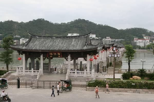 Cầu Quảng Tế, còn được gọi là cầu Tương Tử (Hàn Tương Tử trong bát tiên), là một cây cầu cổ bắc ngang qua sông Hàn, ngoài cửa Đông thành phố Triều Châu thuộc tỉnh Quảng Đông, Trung Quốc. Ảnh: wiki