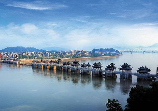 Cầu Quảng Tế được xếp vào 4 cây cầu cổ nổi tiếng nhất Trung Quốc (tứ đại cổ kiều) – ba cây cầu cổ khác là An Tế ở Hà Bắc, Lạc Dương ở Phúc Kiến và Lư Cầu ở Bắc Kinh. Có câu nói rằng nếu bạn đến Triều Châu mà chưa đi ngắm cầu Quảng Tế thì chuyến đi của bạn xem như vô giá trị.