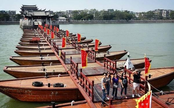 Ngoài việc là cây cầu có từ thời xa xưa, mang ý nghĩa lịch sử, cầu Quảng Tế còn là cây cầu phao đầu tiên trên thế giới có thể mở và đóng. Nguyên thủy toàn bộ cầu là một cấu trúc nổi được nâng đỡ bằng 86 chiếc thuyền rất lớn. Ngày nay, chỉ còn phần giữa của cầu được nâng đỡ bằng 18 chiếc thuyền dùng làm phao nổi, có thể di chuyển sang một bên để tạo ra kênh mở cho tàu thuyền đi qua. Đây là cây cầu đầu tiên của Trung Quốc có đặc điểm này.