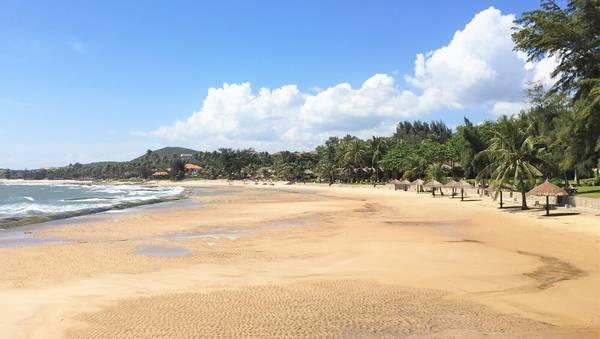 Bãi biển mới trải dài.