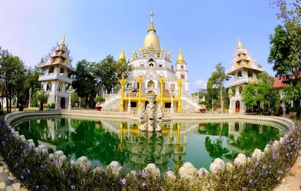 Nằm trên một ngọn đồi phía tây ngạn sông Đồng Nai, chùa Bửu Long tọa lạc tại số 81 Nguyễn Xiển, phường Long Bình, quận 9, cách trung tâm TP.HCM khoảng 20 km. Ảnh: chuanoitieng.com