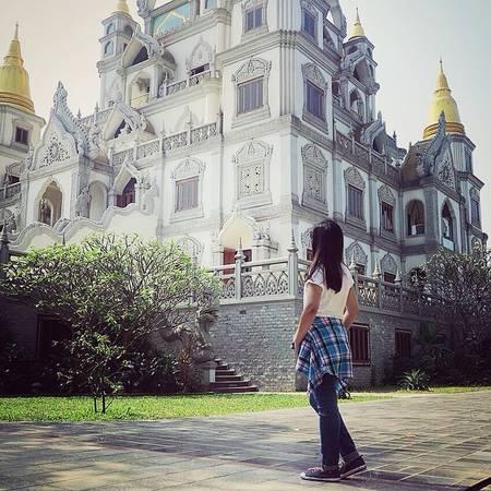 Không chỉ nổi bật bởi bảo tháp vàng, ngôi chùa còn gây ấn tượng bởi được trạm trổ rất tinh tế. Ảnh: @khanhlinh.8695