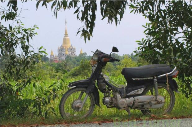 Từ xa, du khách có thể nhận diện ngôi chùa qua hình ảnh của ngọn bảo tháp màu vàng rực rỡ nổi bật trên nền trời.Ảnh:@ben2682