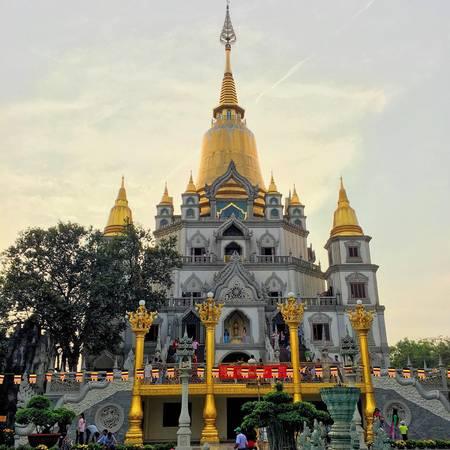 Nhiều người dân ở khu vực xung quanh chùa đều gọi đây là chùa Thái Lan, vì thoạt nhìn ngôi chùa sẽ cho bạncảm giác như đang du lịch đến đến nước Thái Lan vậy. Ảnh:@nhanvtt