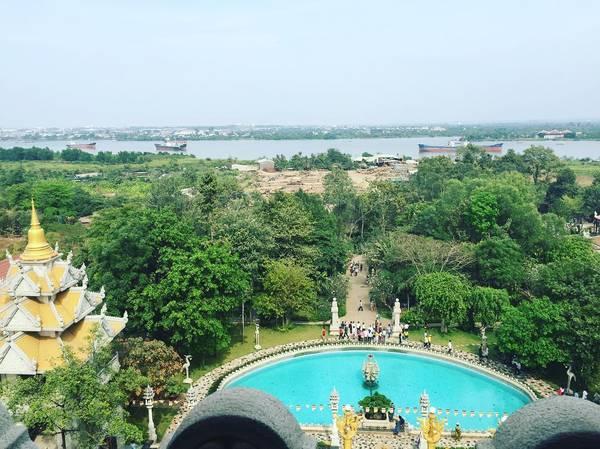 Hồ nước xanh ngọc phía trướccàng làm tăng nét quyến rũ của ngôi chùa.Ảnh: @tomas_nguyen96