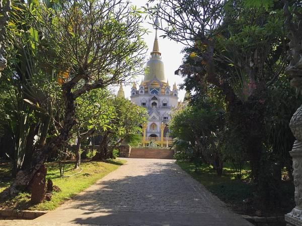 Đường dẫn vào chùa rợp bóng cây xanh. Ảnh:@kieukhanh31