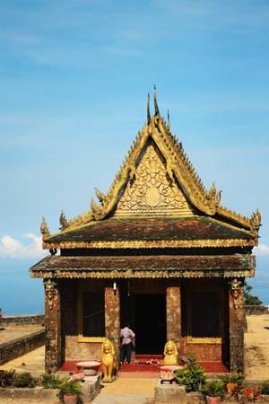 Wat Sampov Pram còn được gọi là chùa 5 thuyền, tọa lạ trên cao nguyên Bokor (hay núi Tà Lơn), tỉnh Kampot. Công trình do vua Monivong xây dựng vào năm 1924 với mục đích lễ bái và cầu nguyện mỗi khi du ngoạn Bokor.