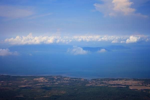 Ngoài cảnh chùa thanh tịnh và 5 cánh buồm đá hùng vĩ, du khách còn có thể nhìn ngắm cảnh biển trong xanh ngút tầm mắt. Đặc biệt, nếu may mắn bạn còn có thể nhìn thấy đảo Phú Quốc của Việt Nam lúc trời quang, ít mây.