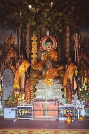Không gian chính của ngôi chùa nằm bên cạnh một vách đá, là nơi để những Phật tử gần xa đến chiêm bái và cầu nguyện mỗi lần có lễ lớn.