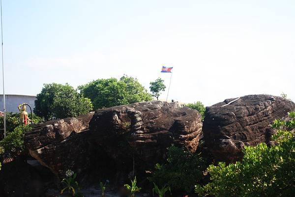 Trên đỉnh Tà Lơn, ngoài kiến trúc thuộc địa, mọi thứ khác gần như đều được gắn với một sự tích và chùa 5 thuyền cũng không là ngoại lệ. Người bản địa truyền khẩu rằng 5 tảng đá ấy chính là 5 con thuyền chở đầy châu báu gắn liền với người khởi đầu của nền văn minh Khmer.
