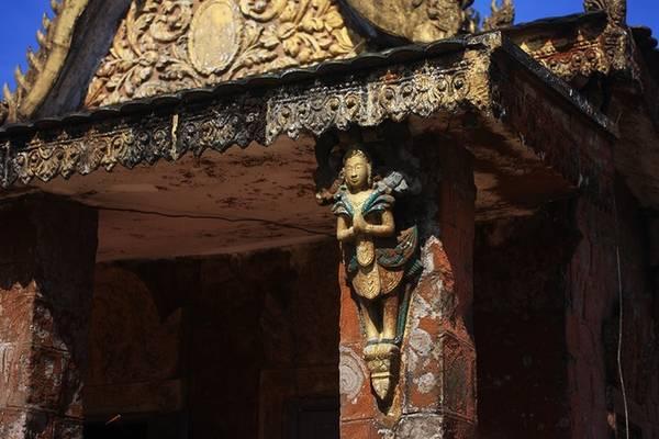 Tích xưa kể lại rằng, có một hoàng tử tên Preah Thong đem lòng yêu công chúa Nagani là con gái của vua Thủy Tề trong một lần đi dạo trên bãi biển vào buổi sáng. Sau khi được sự đồng thuận của cha công chúa, hai người kết hôn và được vua ban cho 5 chiếc thuyền buồm khổng lồ chứa đầy châu báu làm của hồi môn. Cùng với gia nhân, hai vợ chồng hoàng tử đi đến vùng đất mà hiện tại là vị trí của chùa thì 5 chiếc thuyền bị cạn. Không có cách nào cứu được nên hoàng tử Preah Thong quyết định xây dựng vương quốc của mình ở đó.