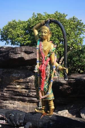 Theo thời gian, nước biển rút đi, mặt đất dần cao lên và 5 chiếc thuyền buồm khổng lồ biến thành đá. Du khách đến chùa Samprov Pram có thể thấy 5 viên đá hình chiếc thuyền vẫn tồn tại cho tới ngày nay. Hoàng tử Preah Thong được biết đến như là cha đẻ của nền văn minh Khmer. Hiện xung quanh ngôi chùa còn có những bức tượng được tạc cầu kỳ.