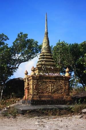 Bên cạnh đó, nhiều tòa tháp nhỏ được xây rải rác khắp nơi trong khuôn viên chùa với kiến trúc độc đáo.