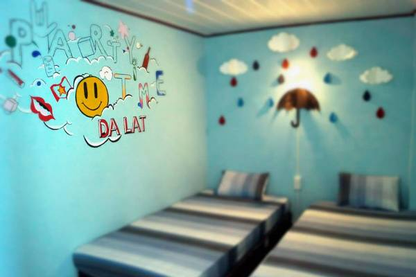 """Mỗi căn phòng ở đây được trang trí với màu sắc tươi tắn và trông rất """"xì tin"""". Phòng ở Đà Lạt Note Hostel tuy hơi nhỏ nhưng bù lại phòng rất đẹp và sạch sẽ."""