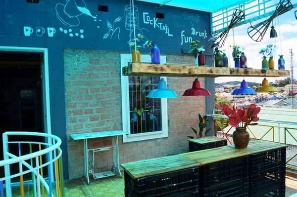 Đến với Đà Lạt Note Hostel bạn không chỉ được nghỉ ngơi trong một không gian vô cùng ấm áp giữa tiết trời se se lạnh của thành phố Đà Lạt mà còn thưởng thức nhiều loại nước uống ngon tuyệt ở quầy bar hoặc nhâm nhi ly rượu ngắm cảnh trên quầy rượu trên tầng thượng, rất thú vị đấy nhé các bạn! Ảnh:FB Dalat Note Hostel