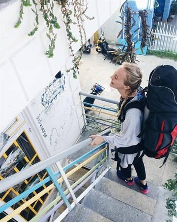 Đà Lạt Note Hostel được thiết kế khá dễ thương, từ lối đi cho tới sân thượng đều bắt mắt với những chiếc bình hoa đủ màu xanh, đỏ, tím, vàng.Ảnh: instagram mathildanilsson