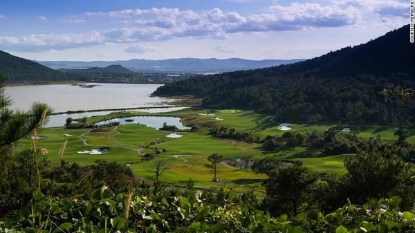 Đà Lạt: Vịnh Hạ Long và Hội An là hai điểm đến đông khách quốc tế của Việt Nam, còn Đà Lạt mới chỉ được biết tới gần đây. Với khí hậu mát mẻ, khung cảnh thiên nhiên lãng mạn, nơi này khiến người ta quên rằng mình đang ở vùng Đông Nam Á nắng nóng.