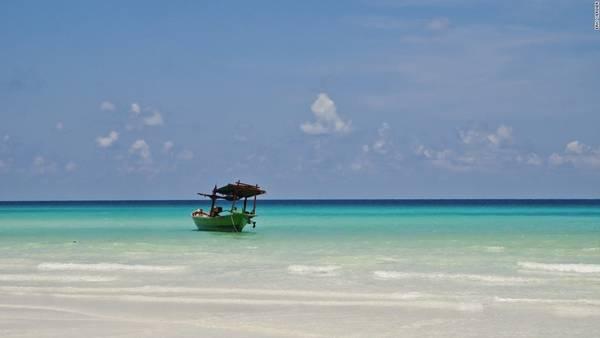 Koh Rong, Campuchia: Hòn đảo lớn thứ hai Campuchia chưa có nhiều tiện nghi phục vụ du khách, nhưng bù lại vẫn giữ được vẻ đẹp nguyên sơ và thanh bình. Bạn có thể tận hưởng một buổi chiều đung đưa nằm võng, ngắm hoàng hôn, uống bia lạnh, ngụp lặn ngoài biển, hay đi leo núi.