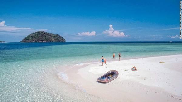 Ko Adang, Thái Lan: Các bãi biển của Thái Lan nổi tiếng là điểm nghỉ dưỡng tuyệt vời cho du khách trên thế giới. Trong đó, Ko Adang ở Công viên biển quốc gia Tarutao vẫn giữ được vẻ bình yên, không xô bồ. Với diện tích 30 km2, nằm gần biên giới Malaysia, hòn đảo này có làn nước xanh trong vắt, bãi cát trắng, rừng núi hùng vĩ để du khách khám phá.