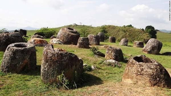 Cánh đồng chum, Lào: Những khối đá khổng lồ độc đáo có dạng chum nằm rải rác khắp khu vực ấn tượng này. Trong số đó, nhiều tảng đã hơn 2.000 năm tuổi, được sử dụng trong nghi lễ chôn cất thời tiền sử.