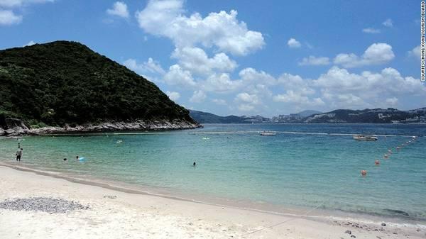 Đảo Sharp, Hong Kong, Trung Quốc: Hòn đảo này có nước biển trong và sạch nhất Hong Kong, là nơi lý tưởng để du khách lặn biển. Ngoài ra, du khách còn có thể thư giãn trên bãi biển hay đi leo núi. Khi triều xuống thấp, bạn có thể đi bộ sang đảo Kiu Tau lân cận qua một dải đất hẹp.