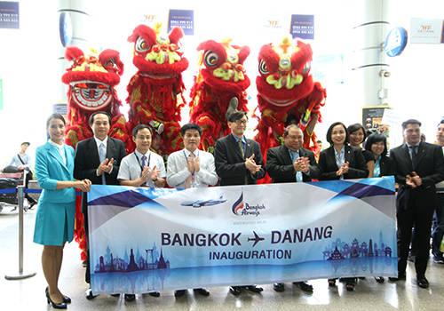 Lãnh đạo Sở Du lịch Đà Nẵng và đại diện phía Thái Lan tại lễ đón chuyến bay đầu tiên Đà Nẵng - Bangkok. Ảnh: Nguyễn Đông.