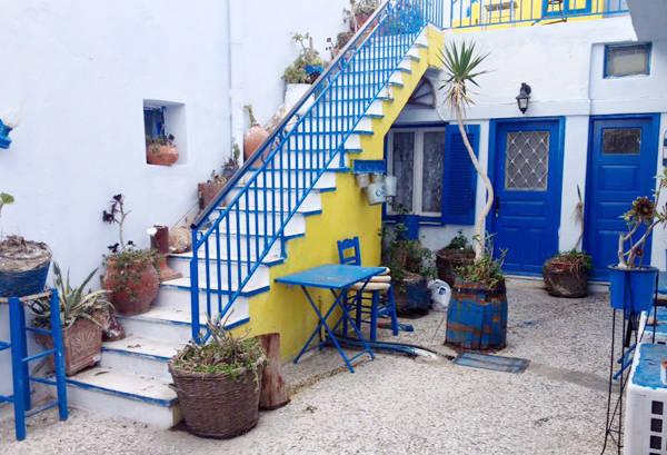 Đảo Santorini huyền thoại với 2 màu xanh trắng.