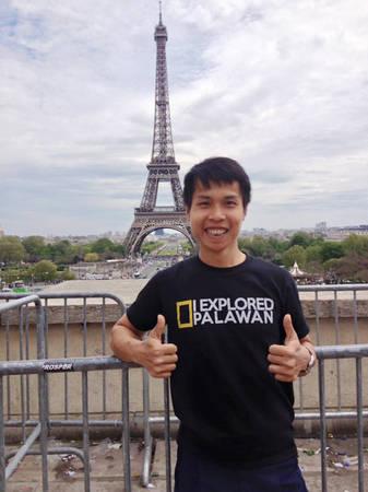 Anh Thành chụp ảnh lưu niệm trước tháp Eiffel.