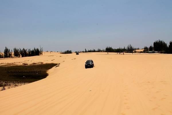 Đồi cát gắn liền với Bàu Trắng hàng nghìn năm nay. Đồi cát mang lại nguồn cát vô tận, còn Bàu Trắng mang đến nguồn nước ngọt mát lành. Cả hai kết hợp thành một chốn có phong cảnh thật nên thơ hữu tình.