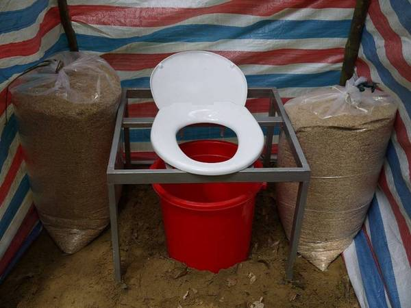 Một nhà vệ sinh tự hoại sử dụng vỏ trấu gọn nhẹ, tiện lợi được công ty tour chuẩn bị cho khách trong suốt tour Sơn Đoòng. Mỗi điểm cắm trại luôn có ít nhất hai khu vệ sinh được nhân viên dọn sạch sẽ.