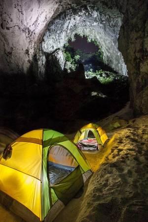 Tour Sơn Đoòng kéo dài 7 ngày trong đó có 5 ngày du khách trải nghiệm hoàn toàn trong môi trường tự nhiên như ăn, uống, cắm trại, ngủ lều, tắm suối... Hành trình có 2 đêm ngủ Hang Én và 3 đêm trong hang Sơn Đoòng.