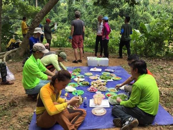 Bữa cơm đầu tiên của hành trình vào buổi trưa và được tổ chức ăn giữa đường đi rừng, trên chặng trekking từ Bản Đoòng đến Hang Én.