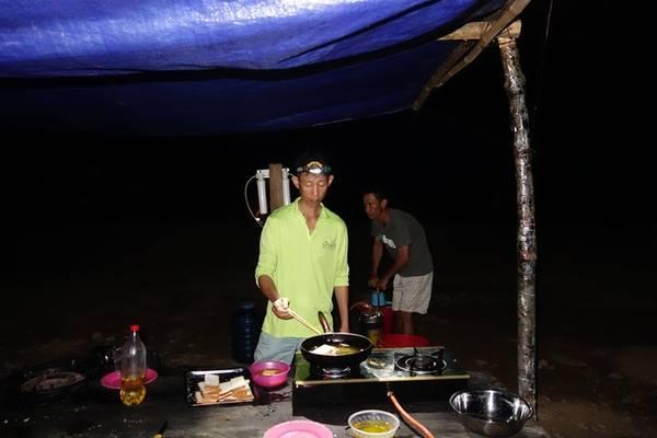 Đoàn có một đầu bếp chính và hai đầu bếp phụ, họ là những người đến điểm cắm trại hoặc điểm dừng buổi trưa trước tiên để chuẩn bị bữa ăn và sắp xếp chỗ cho mọi người.
