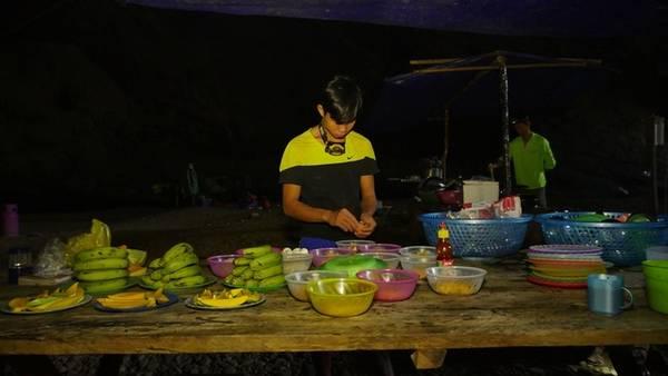 Ngoài những món ăn được chế biến và thưởng thức ngay tại hang Sơn Đoòng, trong tour khám phá này du khách còn được ăn hải sản tươi ngon hoặc đặc sản của các bản làng xung quanh Phong Nha.