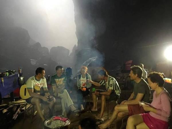 Vào các buổi tối, du khách thường chơi cờ cùng porter, đàn hát, trò chuyện với nhau....