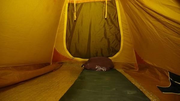 Bên trong lều của du khách có chuẩn bị kèm túi ngủ gọn gàng.