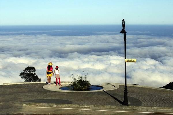 Đứng trên Bà Nà ngắm biển mây. Ảnh: Zing
